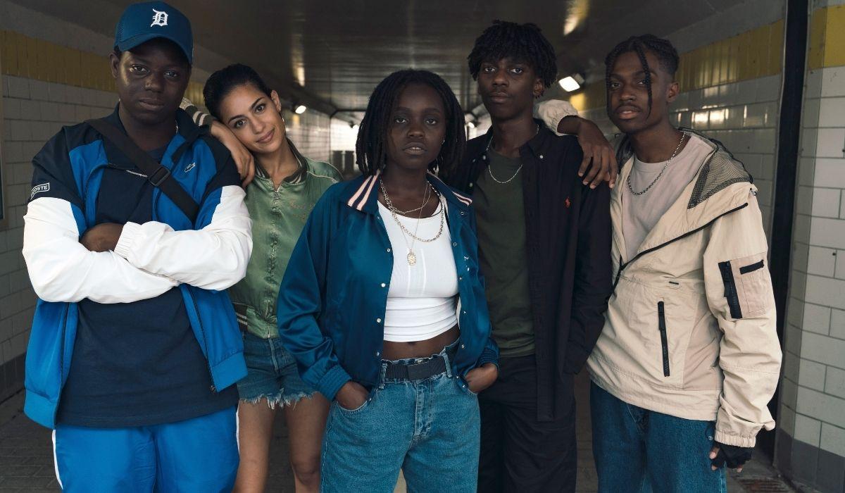 Rapinatori La Serie: Modi (Bakary Diombera), Sofia (Nabiha Akkari), Liana (Tracy Gotoas), Kylian (Frank Onana). Credits: Netflix