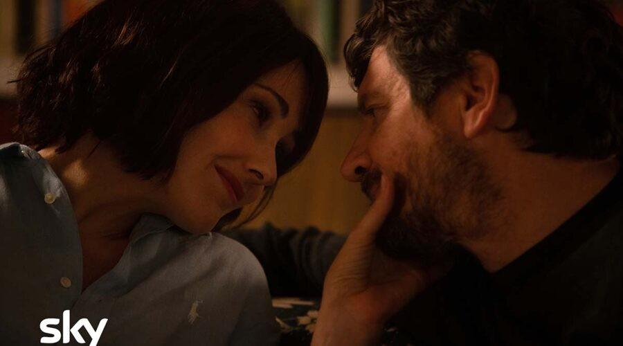 Anita Caprioli (Chiara) e Fabio De Luigi (Giovanni) nella serie TV Ridatemi mia moglie. Credits: Sky e Loris Zambelli.