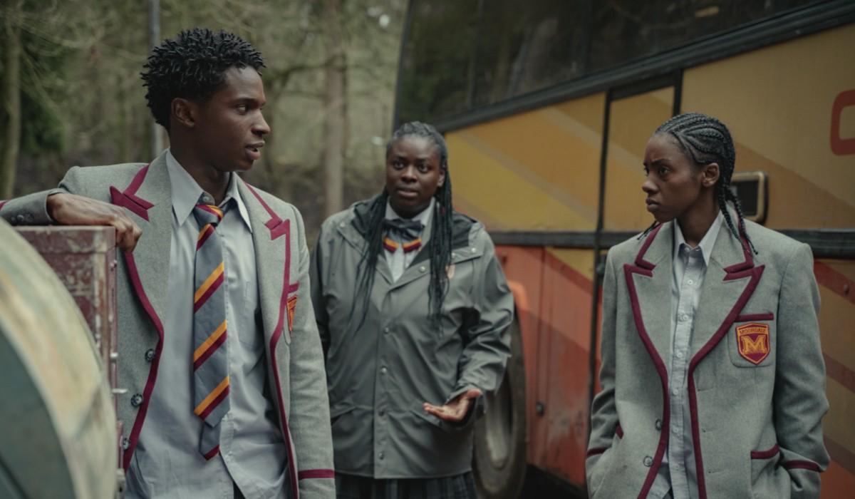 "Da sinistra: Jackson (Kedar Williams Stirling), Viv (Chinenye Ezeudu) e Cal (Dua Saleh) in una scena di ""Sex Education"". Credits: Sam Taylor/Netflix."