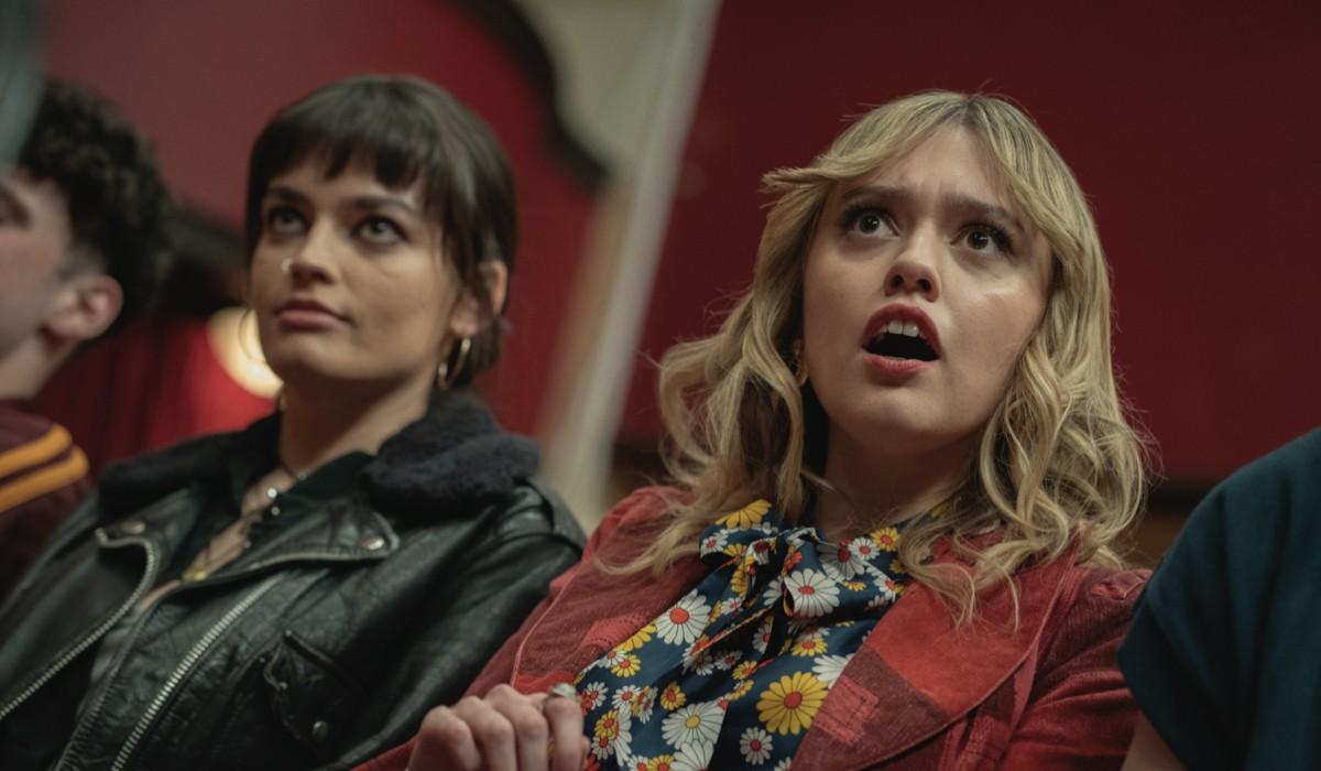 "Da sinistra: Emma Mackey e Aimee Lou Wood in una scena di ""Sex Education"". Credits: Sam Taylor/Netflix."