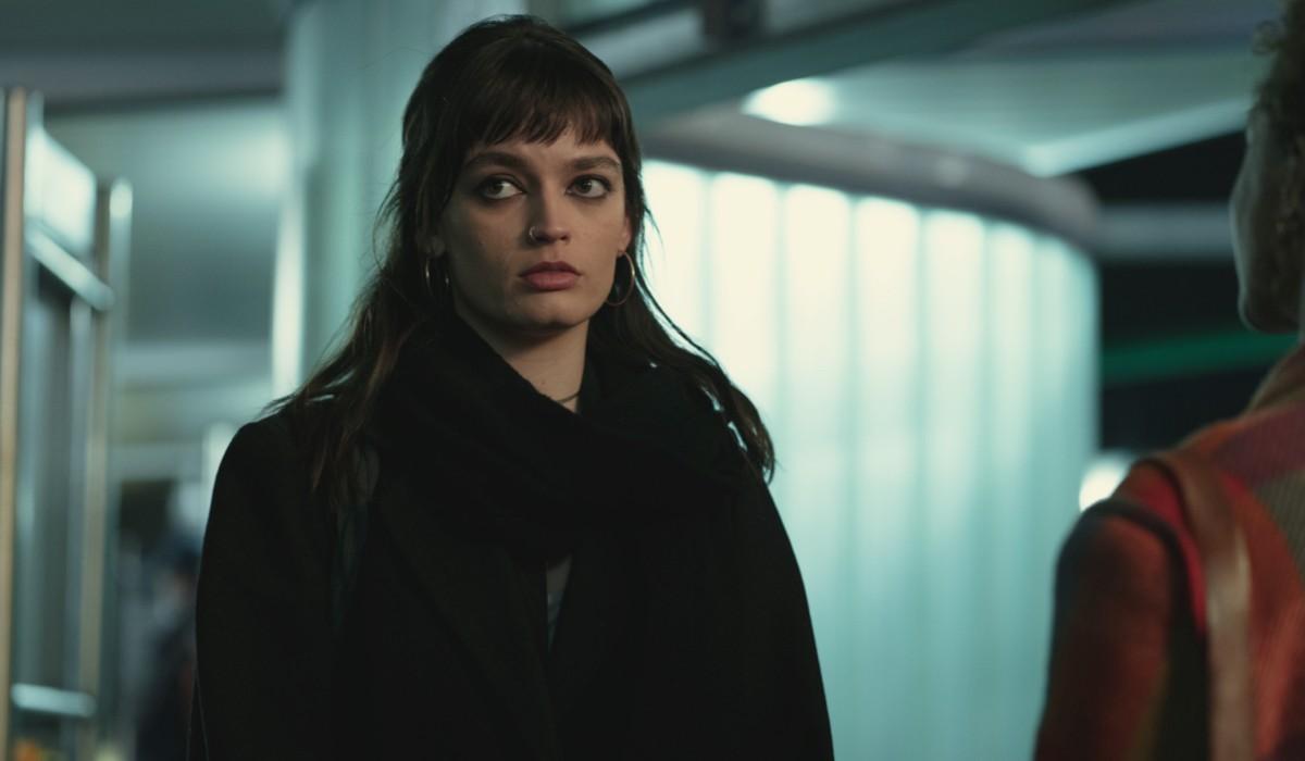 "Emma Mackey in una scena di ""Sex Education"". Credits: Sam Taylor/Netflix."