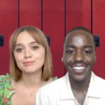 Da sinistra: Aime Lou Wood e Ncuti Gatwa nella loro intervista a Tvserial.it. Credits: Cattura schermo/Netflix/Envato Elements.