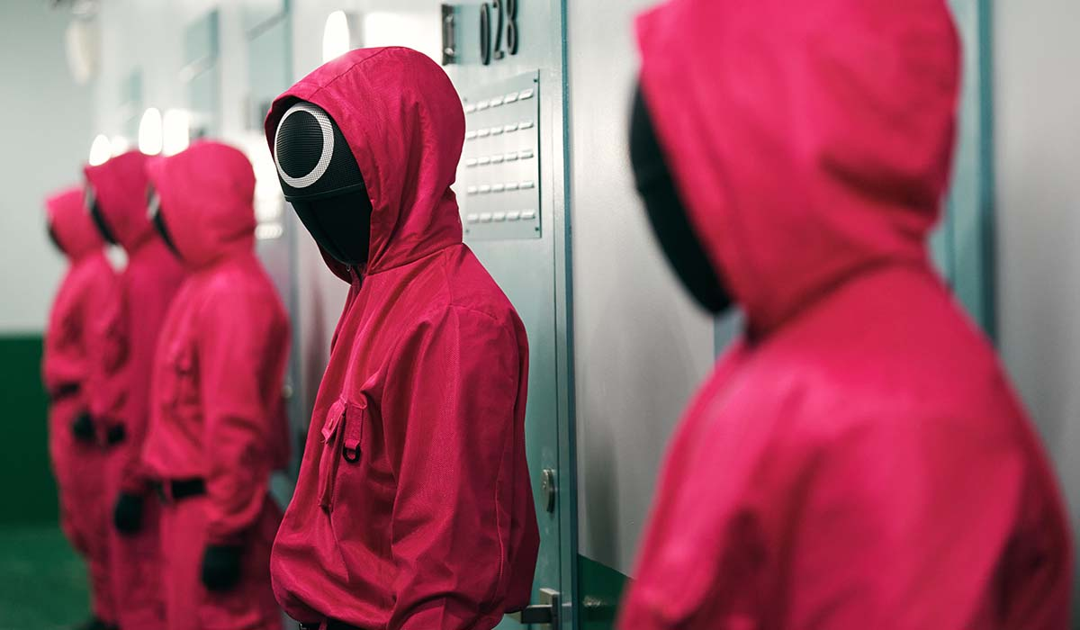 I misteriosi individui mascherati in una scena della serie TV Squid Game. Credits: Youngkyu Park/Netflix.