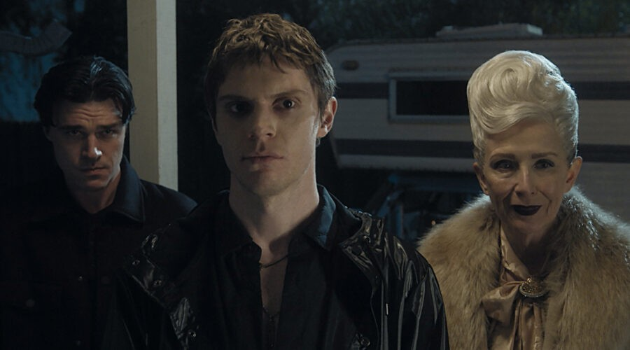 American Horror Story. Da sinistra: Finn Wittrock, Evan Peters e Frances O'Connor. Credits: Disney+.