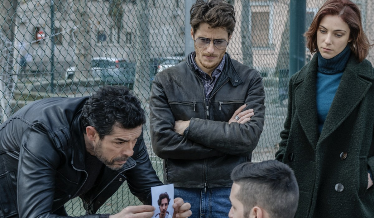 """Alessandro Gassmann (ispettore Lojacono), Antonio Folletto (Aragona), Maria Vera Ratti (Elsa Martini) in una foto di scena de """"I Bastardi Di Pizzofalcone 3"""