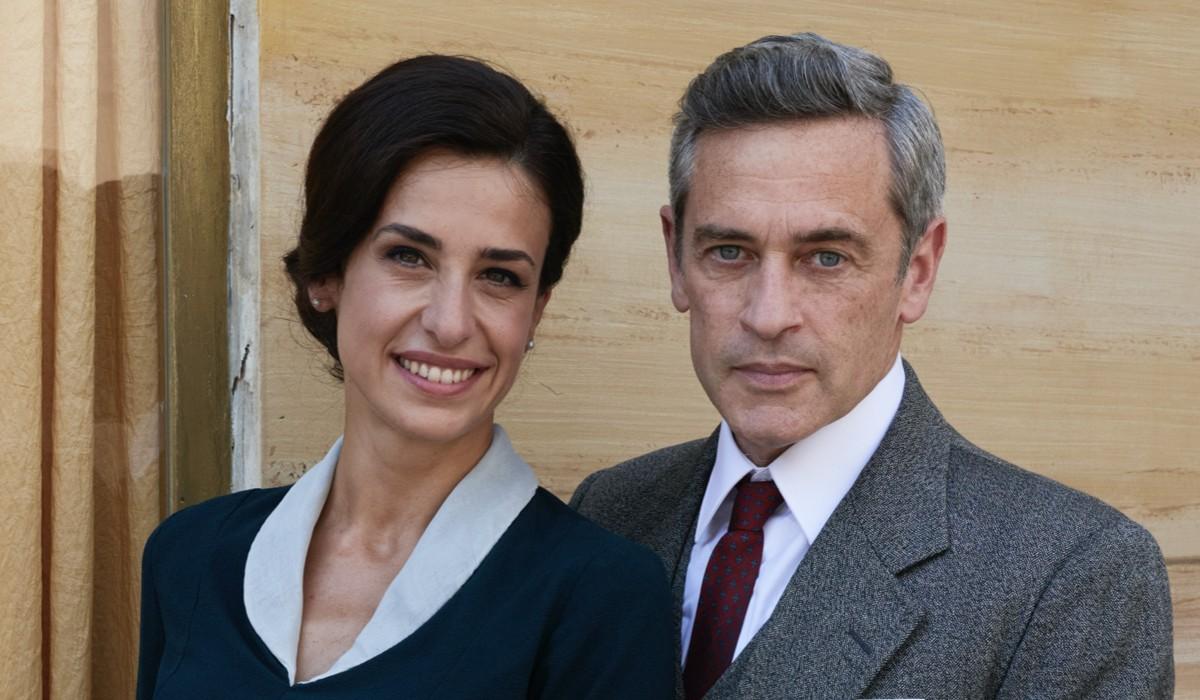 Lara Komar (Gloria Moreau) e Massimo Poggio (Ezio Colombo) in un posato per