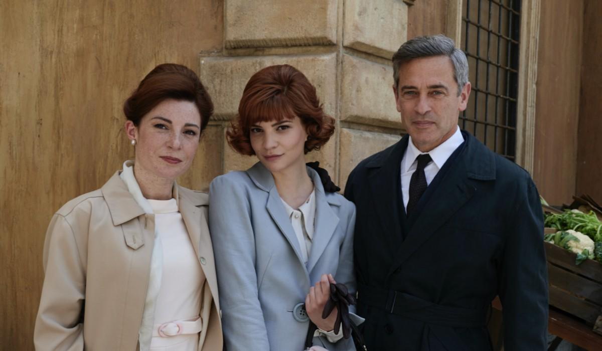 Gaia Bavaro (Gemma Zanatta), Valentina Bartolo (Veronica Zanatta) e Massimo Poggio (Ezio Colombo) in un posato per