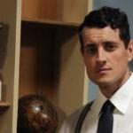 Emanuel Caserio (Salvatore Amato) in un posato per