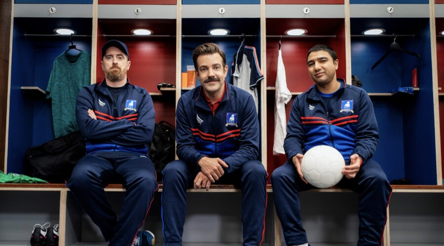 """Da sinistra: Brendan Hunt, Jason Sudeikis e Nick Mohammed in una scena di """"Ted Lasso"""". Credits: Apple."""