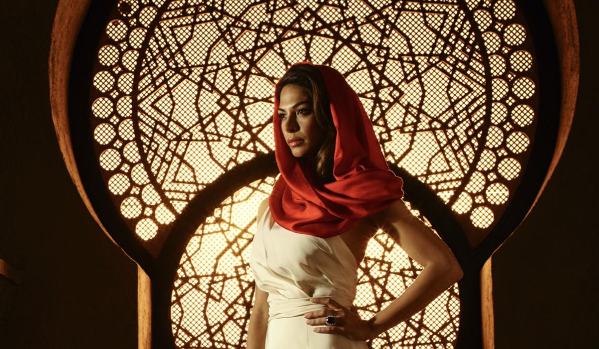 Moran Atias (Leila Al-Fayeed) in una scena della seconda stagione di