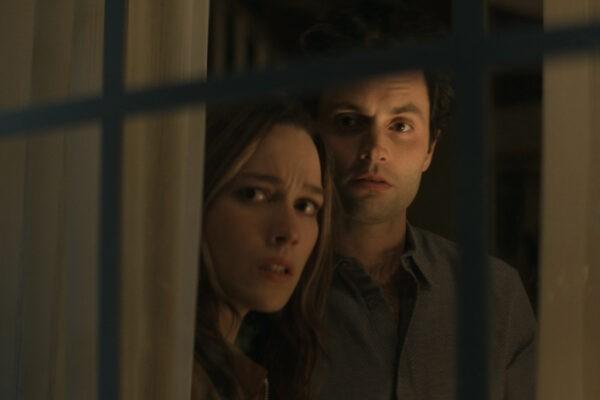 """Da sinistra: Love Quinn (Victoria Pedretti) e Joe Goldberg (Penn Badgley) e il figlio in una scena di """"YOU"""". Credits: John P. Fleenor/Netflix."""